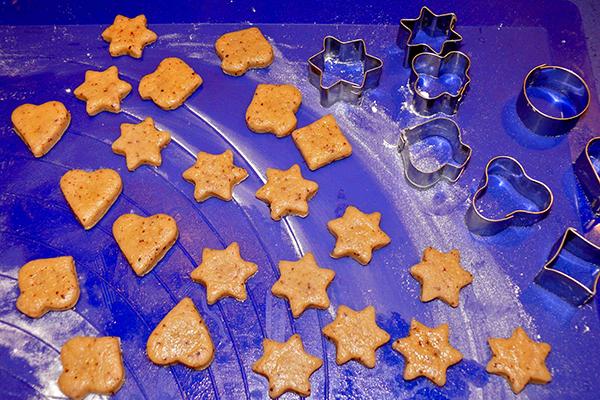 kekse roh auf blauer silikonmatte raja's cup kekse zu weihnachten