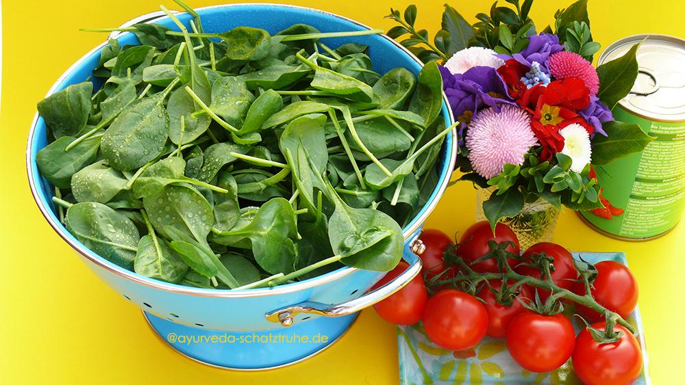 frischer Spinat, tomaten