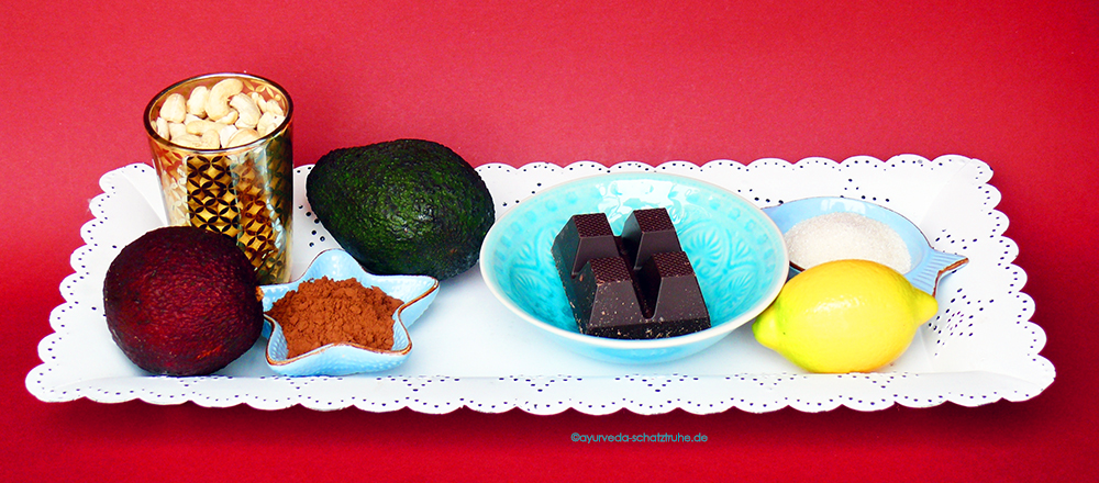 schoko avokadocreme zutaten auf weißem Tablett