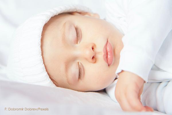 Baby wohlig schlafend