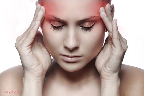 Frau mit Kopfschmerzen und Krankheiten