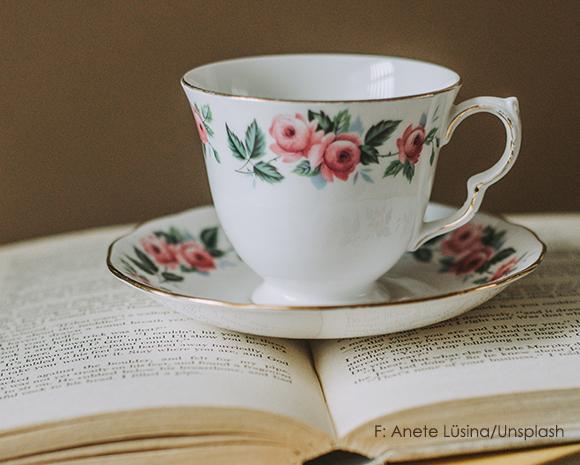 tasse tee auf buch