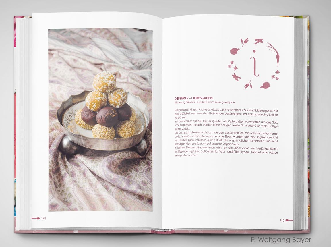 """Aufgeschlagenes Buch """"Ayurveda Alchemist"""" mit Liebesgaben"""