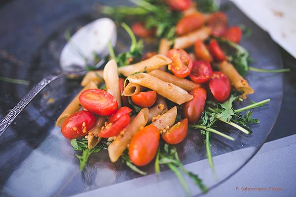 mittagessen vegetarisch auf teller angerichtet