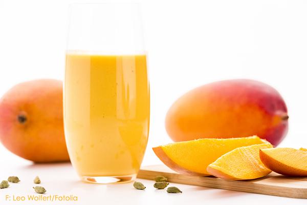 mangolassi lassi im glas mit mangoschnitzen